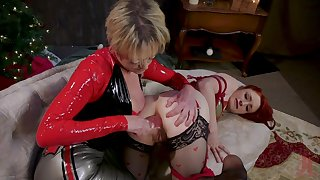 Rough anal stretching by grown up Dee Williams for Violet Monroe