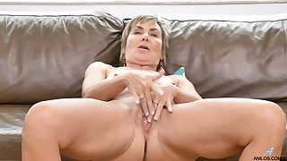 Piping hot mature wife Lilian Tesh loves dropping her clothes to tease